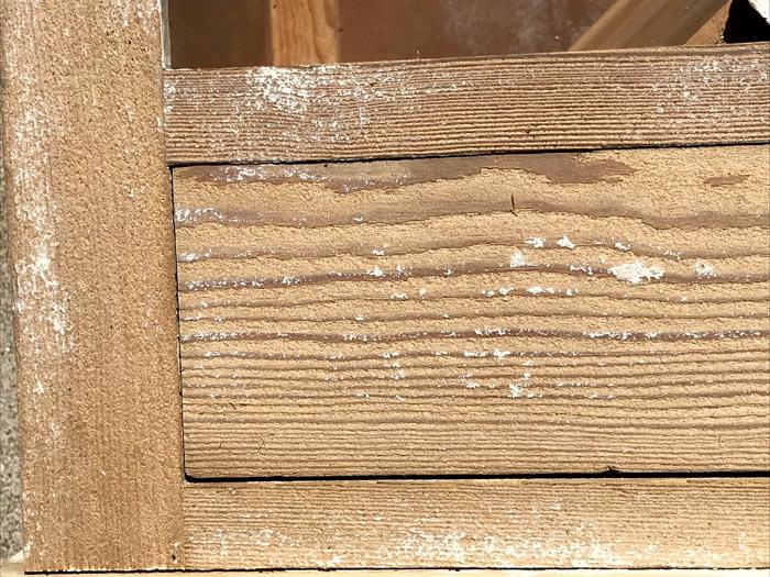 Bois tendre peint décapé par aérogommage avec mélange d'abrasifs
