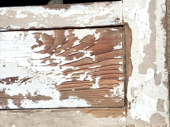 Bois peint décapé par aérogommage au bicarbonate de sodium